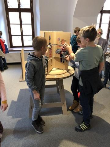 Výstava obrázků ilustrátora dětských průvodců  Šaška děti ze 3. B nadchla