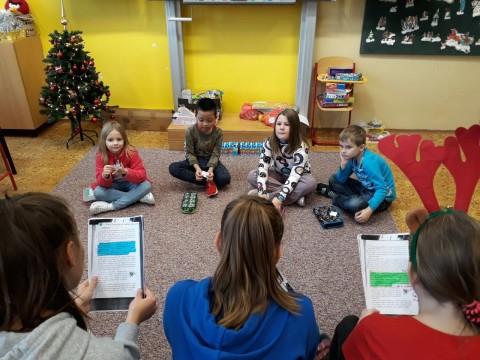 Šesťáci čtou prvňáčkům