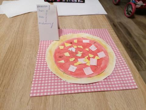 4.D si doma společně prostřela a objednala si pizzu. Dobrou chuť.